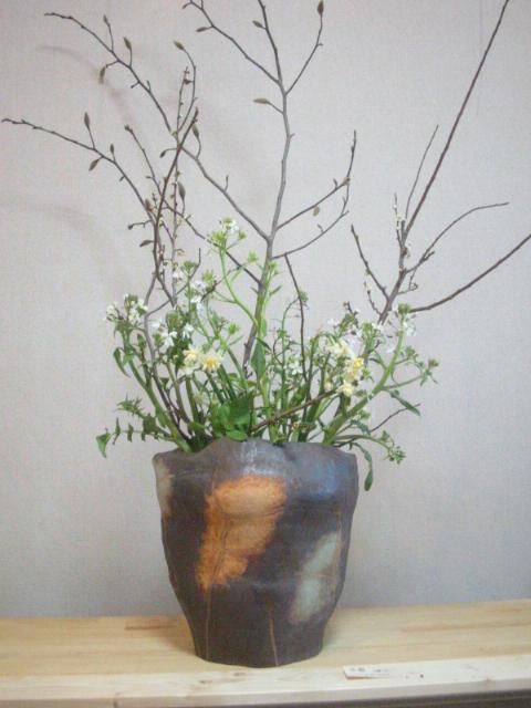 【写真】Sigeru の花を生けた花器「復元」(ギャラリー「散歩路」にて撮影)