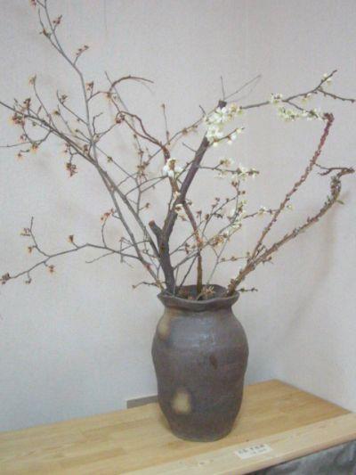 【写真】Sigeru の花器「黒化粧灰油花器」(ギャラリー「散歩路」にて撮影)