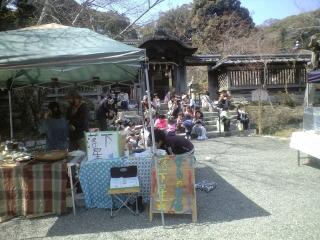 【写真】「オーガニック & つながるマーケット・しが」会場から山門を望む