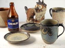 【写真】右側手前から、Sigeru のビア・マグ 大(青色草花紋 U), ビア・マグ 小(ピンク)。中央手前から Sigeru のコーヒー・ソウサー(青, 青色菱紋様), 森の精。左側手前から La Chimay Bleue のビール瓶, Sigeru のビア・マグ 大(コンポジション G)